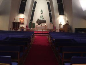 Safnanótt kirkja að innan altari og höklar